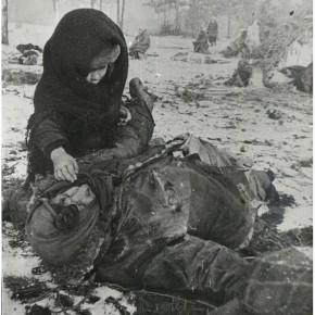 Советский ребенок рядом с убитой матерью.